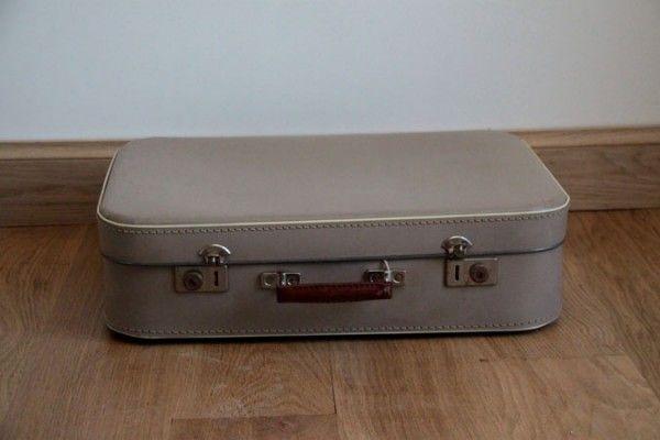 ancienne valise vintage en carton grise poign e en fer. Black Bedroom Furniture Sets. Home Design Ideas