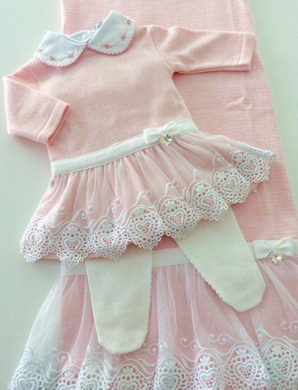 Saída de maternidade completo, composto por manta, vestido com meia calça e  body + culote. Produzidos em tricô macio e leve, com renda e aplicação de  ... cf0cce14cf