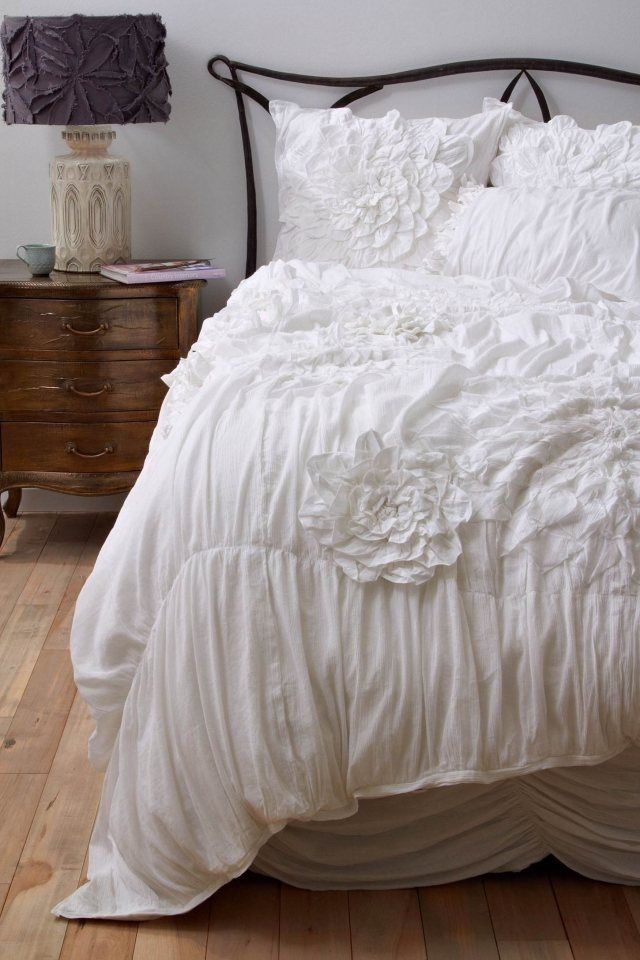Bettwäsche Weiß Drapiert Blumen Holzboden