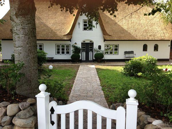 Reetdachhaus mit Friesenwall & Friesentor Reetdachhaus