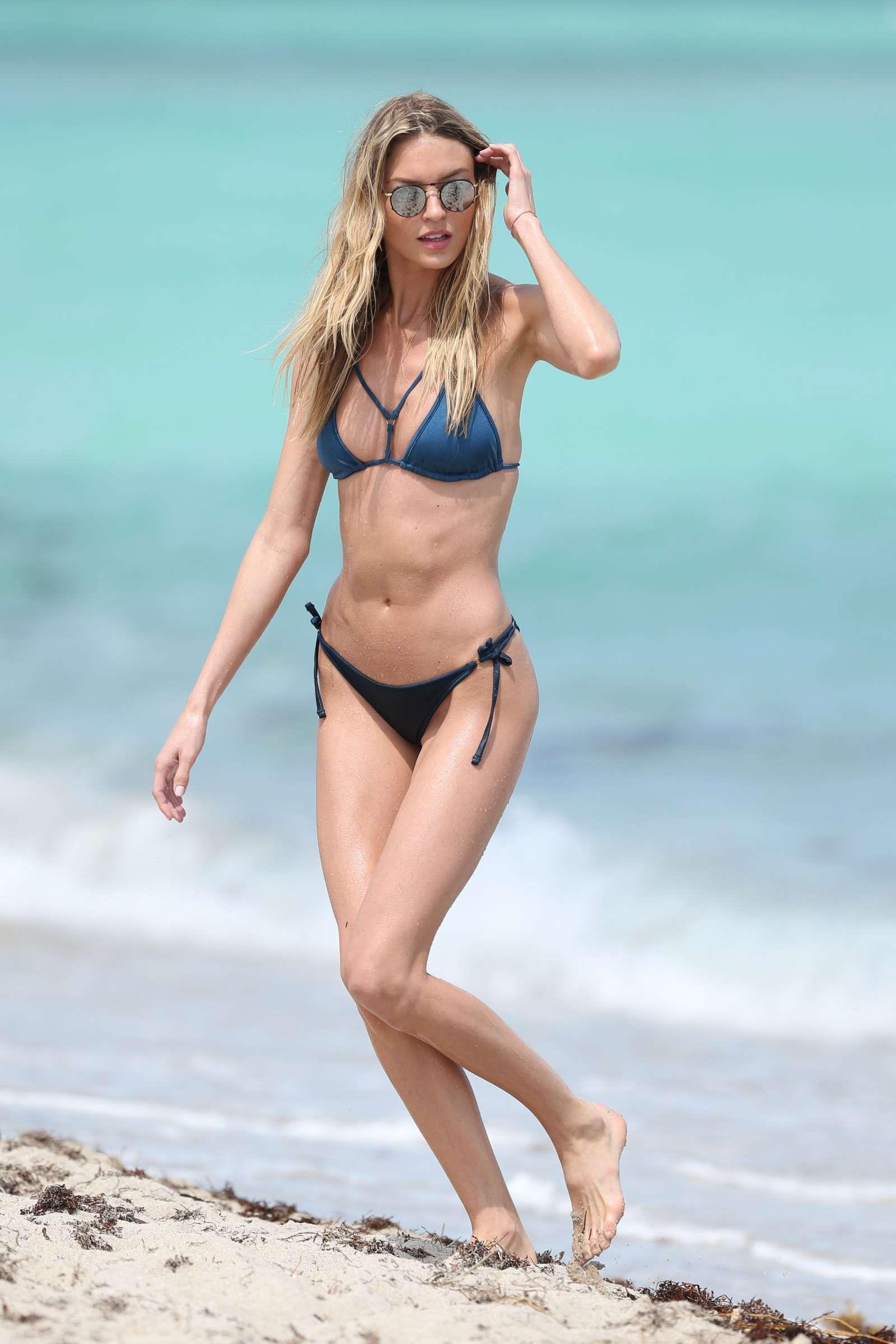 Bikinis models hunting