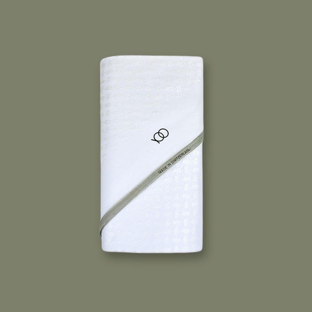 شماغ يوو الأبيض الجديد بأطراف رمادي اللون مناسب للثياب الصيفية والشتوية ويتناسق مع الألون الازرق وجميع درجات اللون الرمادي والألوان الزيتية اضافة إلى اللون الاب