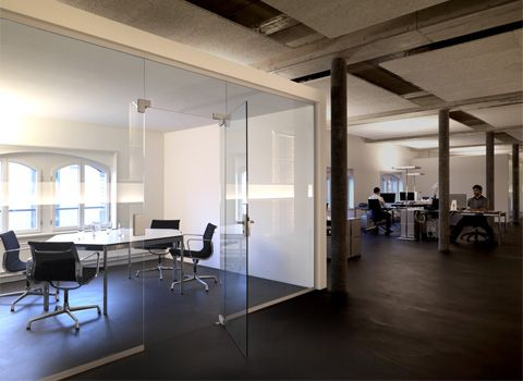 Attirant Glass Conference Room / Industrial Design