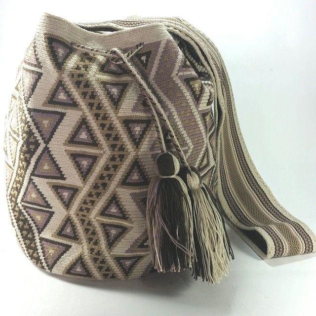 PC654 #Mochila #Wayuu #beige #eliwayuubags  #arte #tradición & #color #hechoamano con amor por artesanas de La Guajira colombiana Info: Whatsapp 3006388348