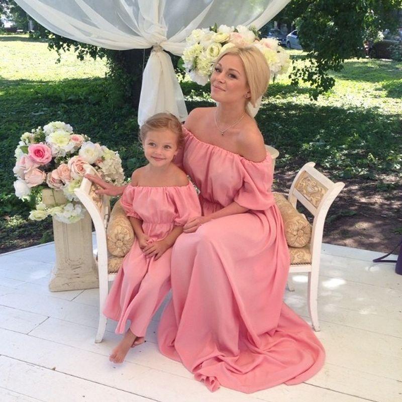 Madre e hija vestidos para la madre Pink trompeta fuera del hombro medias mangas con tren