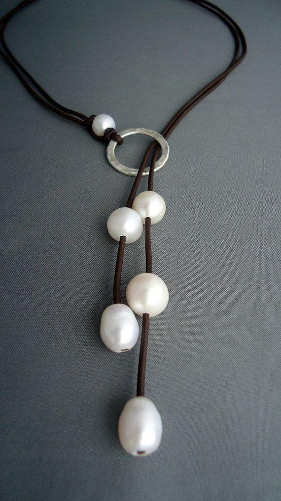 Artículos similares a lazo de cuero y plata esterlina martillada con perlas, collar de cuero, collar de plata esterlina, joyería de mujer, clásico, elegante en Etsy