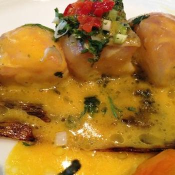 Ceviche de mero asado en hojas de maíz en Miraflores.  De los mejores restaurantes de lima lugar preferido de los cocineros Peruanos. Pregunta si tienen ventresca de mero para que te la frian entera, fliparas.  http://www.onfan.com/es/especialidades/miraflores-district/fiesta/ceviche-de-mero-asado-en-hojas-de-maiz?utm_source=pinterest&utm_medium=web&utm_campaign=referal