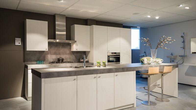 Landelijke keukens met warme diepe kleuren in combinatie met