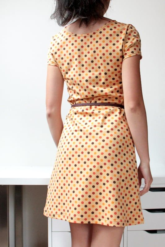 1977cfb7cc8 Střih na jednoduché dámské šaty s krátkými rukávy