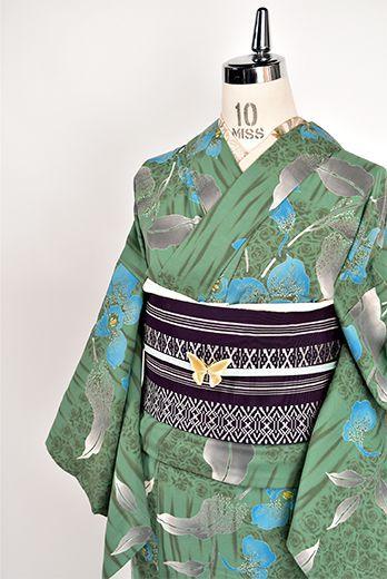 わらかなグリーンにかすれ縞と薔薇の花束のような模様が描き出す大胆な市松模様が幻想的に浮かび、澄んだ青美しい大輪の花模様が重ねられた注染レトロ浴衣です。