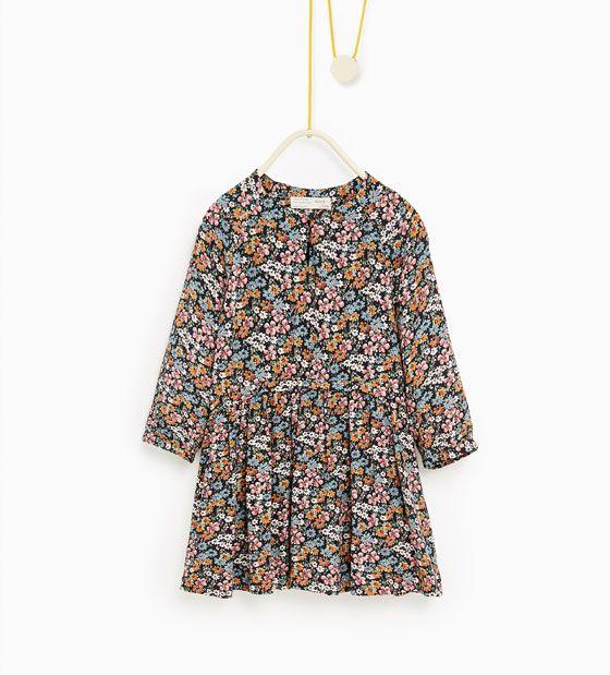 Vid blommig klänning