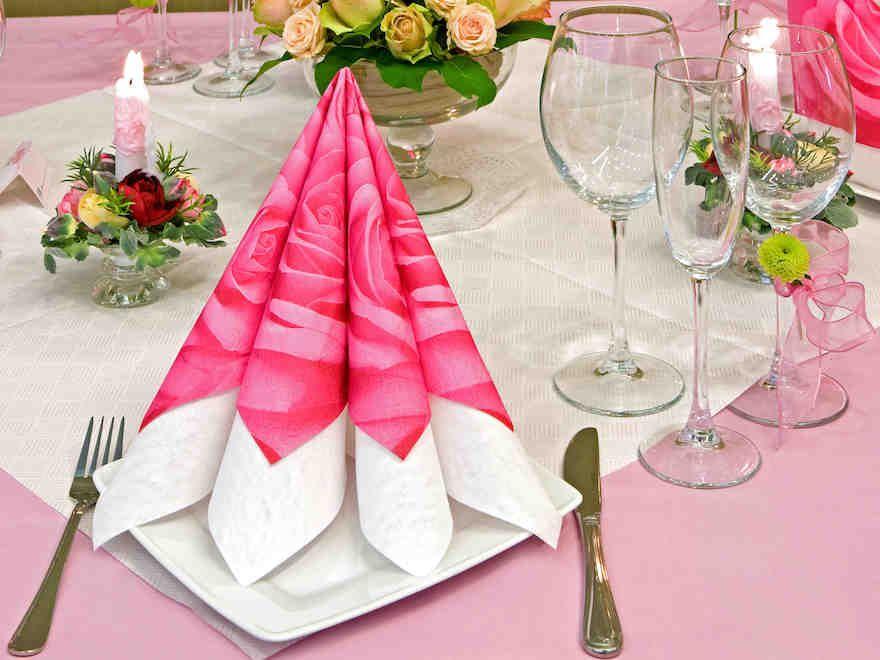 Kauniisti Muotoon Taiteltu Lautasliina On Juhlava Ja Sellaisenaan  Käytännöllinen Koriste. Napkin Folding, Table Settings