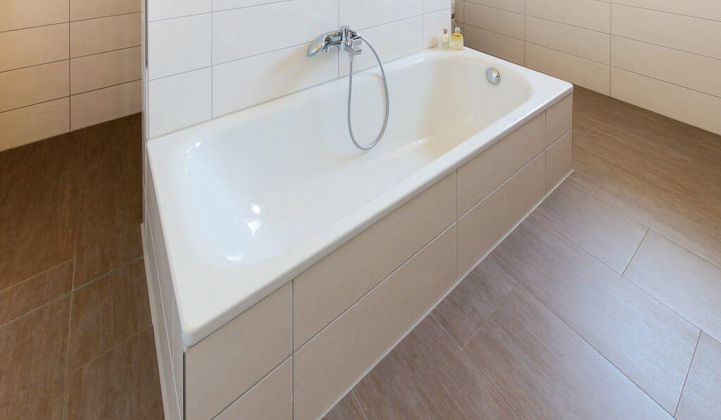Badezimmer Mit Trennwand U0026amp; Fliesen Holzoptik   Bad Ideen  Inneneinrichtung ECO Haus Stadtvilla Bad Bramstedt