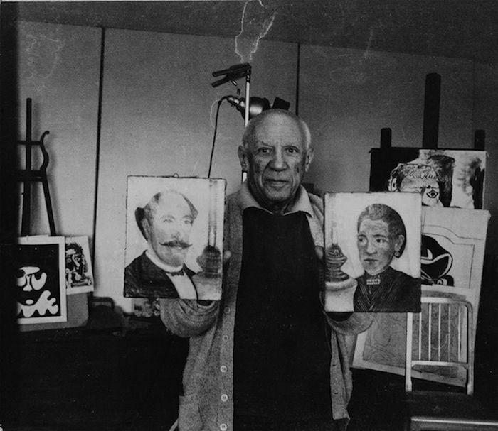 Picasso en su estudio sosteniendo dos obras de Rousseau en 1965 - Fotografiado por Andrés Gomes