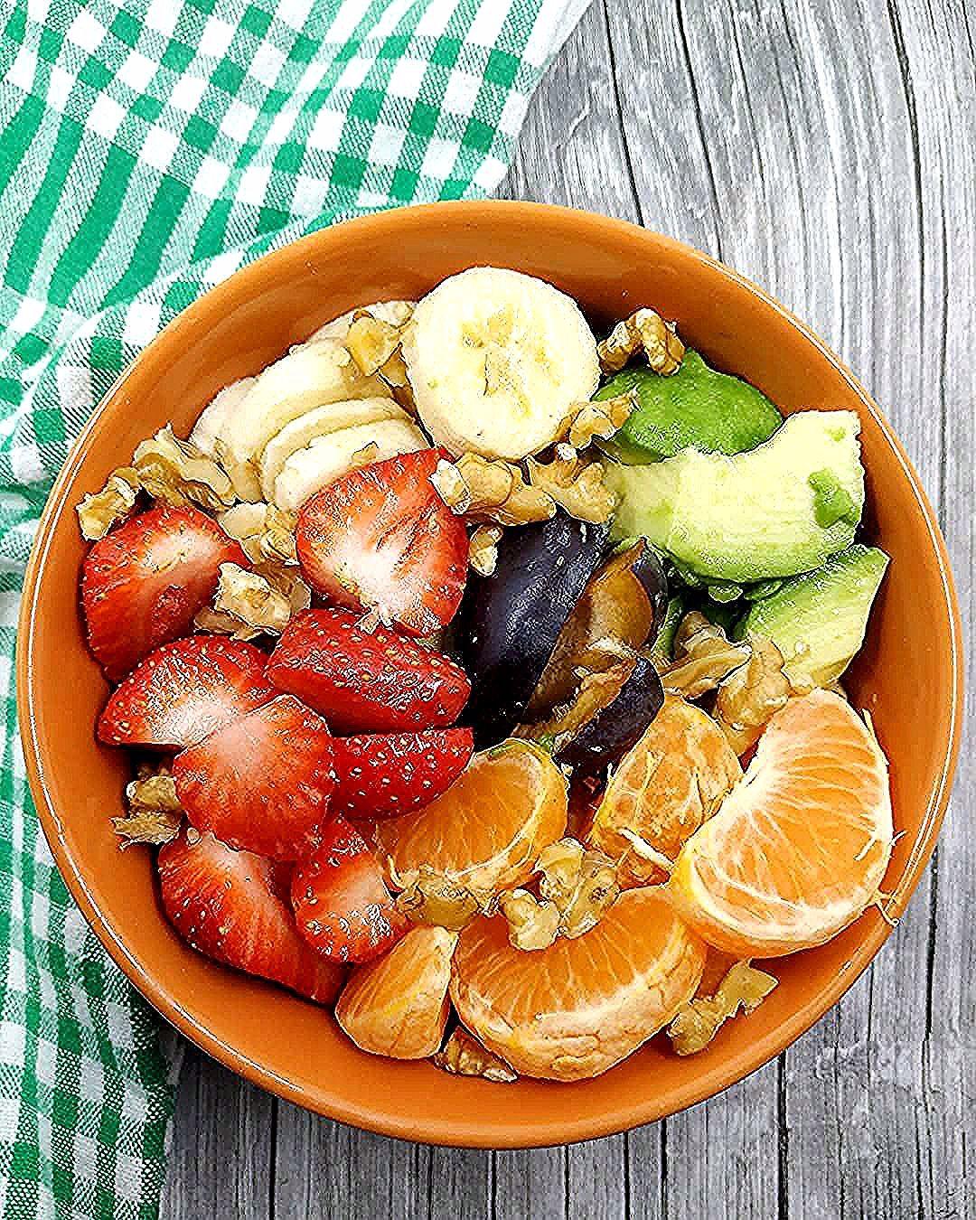 Good morning 🙋🏻♀️ 🇬🇧 #breakfast #oatsforbreakfast #oatmealbowl #fruitslover #fitnessmotivation #foodislove #foodishappiness #fooddiary #healthymeals #healthyanddelicious #neverskipbreakfast #eatingbetter #choosinghealthier 🇭🇷 #dobrojutro #doručak #zobenepahuljice #voće #nepreskačidoručak #idejazaobrok #motivacija #zdravakuhinja #biramzdravije 🇩🇪 #gutenmorgen #frühstück #haferflockenbrei #obst #gesundundlecker #schmecktgut #gesundeküche #gesunderezepte