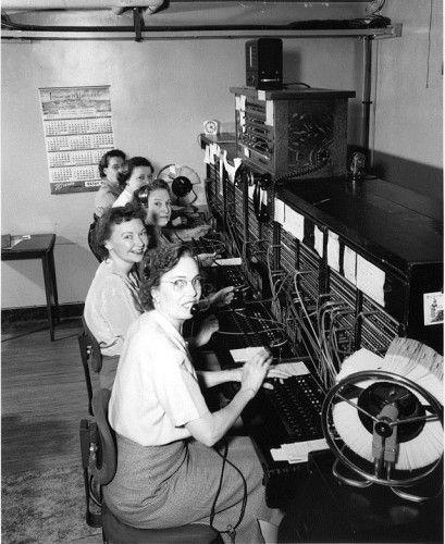 Billede: Seattle Municipal Archives, Seattle, Washington. Indtil 60'erne, satte omstillingsdamer en telefonsamtale i forbindelse med en anden telefon ved at indsætte et telefonstik i det relevante stik. George Willard Croy blev verdens første teleoperatør, da han begyndte at arbejde for Boston Telefon Dispatch Company i januar 1878, mens Emma Mills Nutt blev den første kvindelige omstillingsdame, da hun begyndte at arbejde for det samme selskab 1. september 1878.