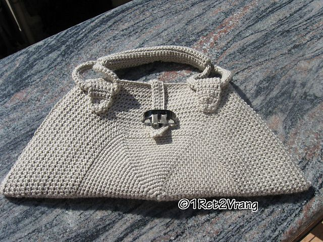 Ravelry: Mezza Luna Purse pattern by 1ret 2vrang