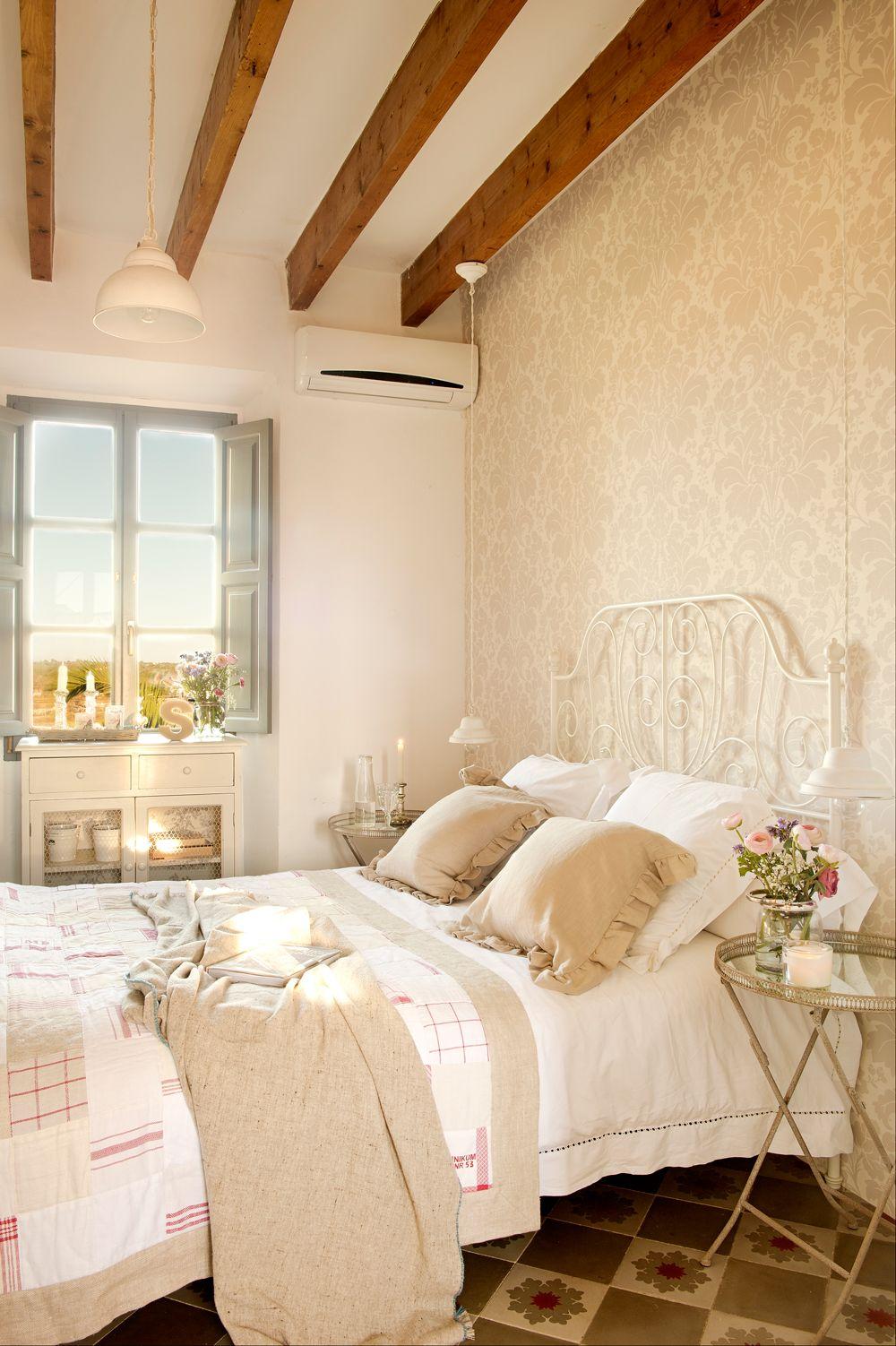 Dormitorio En Beige Con Pared Con Papel Pintado Cama De Forja  ~ Papel Pintado Dormitorio Blanco