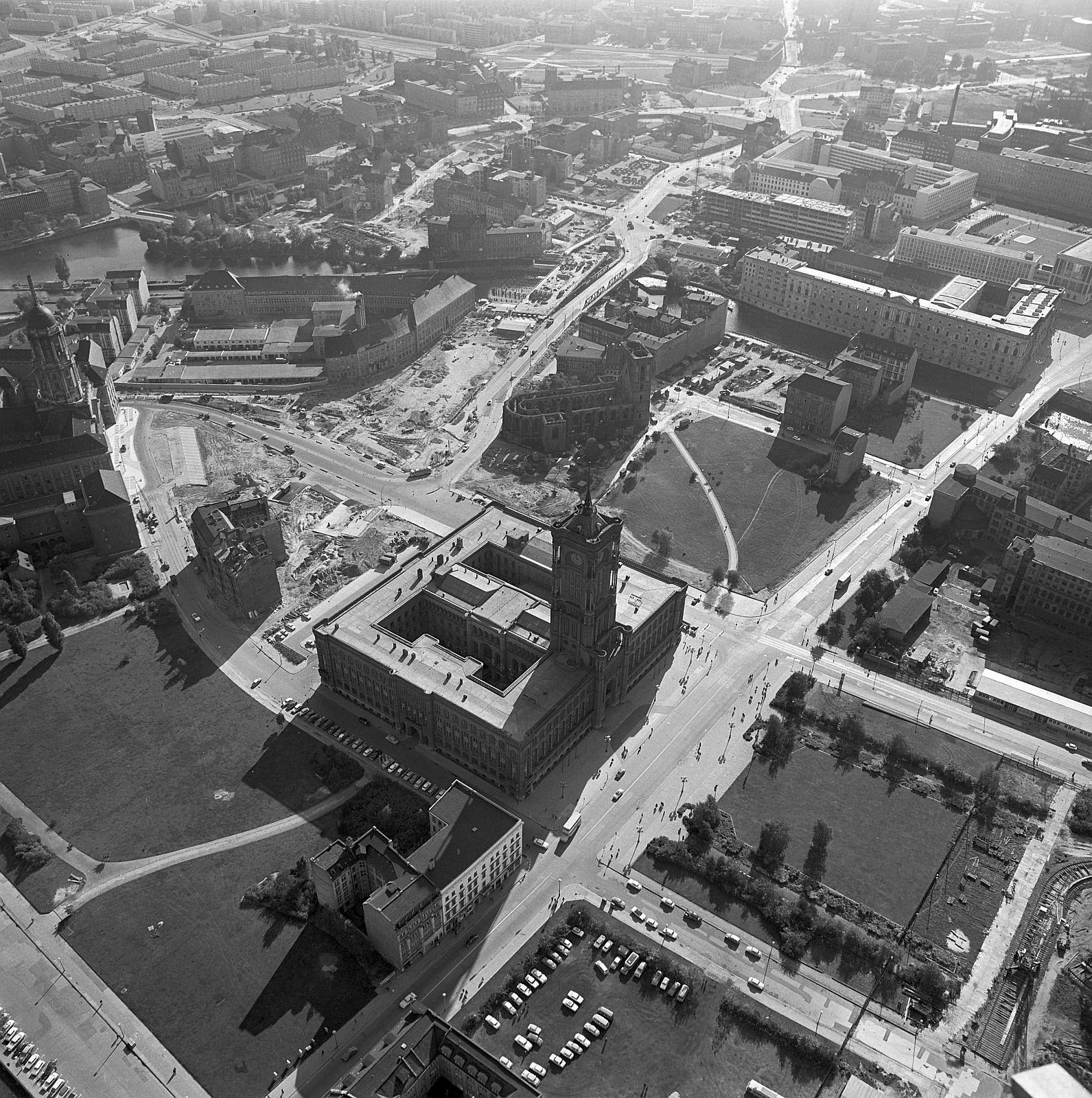 1967 Blick Vom Im Rohbau Fertiggestellten Berliner Fernsehturm Am Alexanderplatz In Berlin Mitte Auf Das Rote Rathaus 03 Fernsehturm Berlin Geschichte Berlin