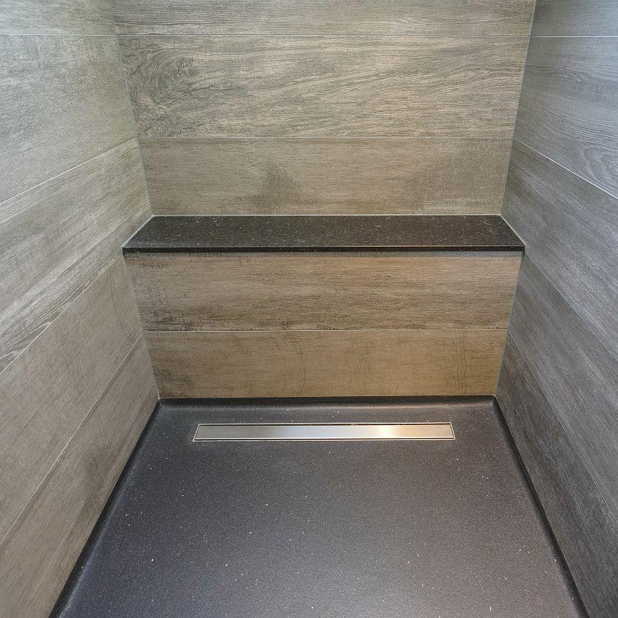 Speciaal in deze badkamer is een douchegoot voor coating vloeren van ...