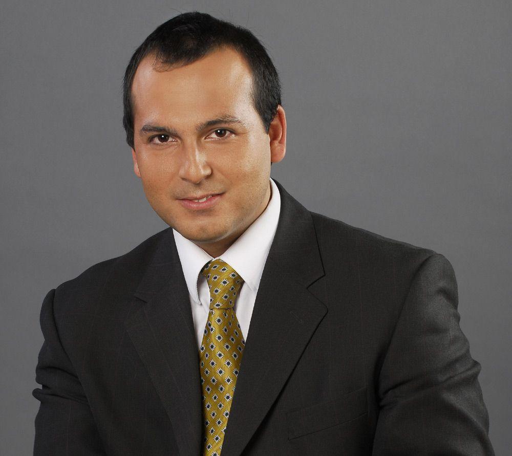"""Rafael Venegas es presentador de noticias de """"Resumen Ejecutivo"""" y """"CNN En Alerta""""."""