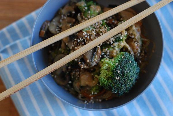 Asia-Kelp-Nudel-Gemüsepfanne mit Erdnusssauce und anderen Schweinereien
