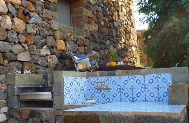 Zona barbecue esterno dammuso mediterraneo pantelleria - Zona barbecue in giardino ...