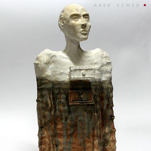 Nieustalona potrzeba porannego porządkowania, ceramiczna rzeźba wykonana z jasnej gliny, pokryta matowym szkliwem. Ceramika artystyczna Arek Szwed