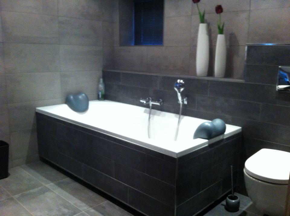 Grijze badkamer tegels - En grijze bad leisteen ...