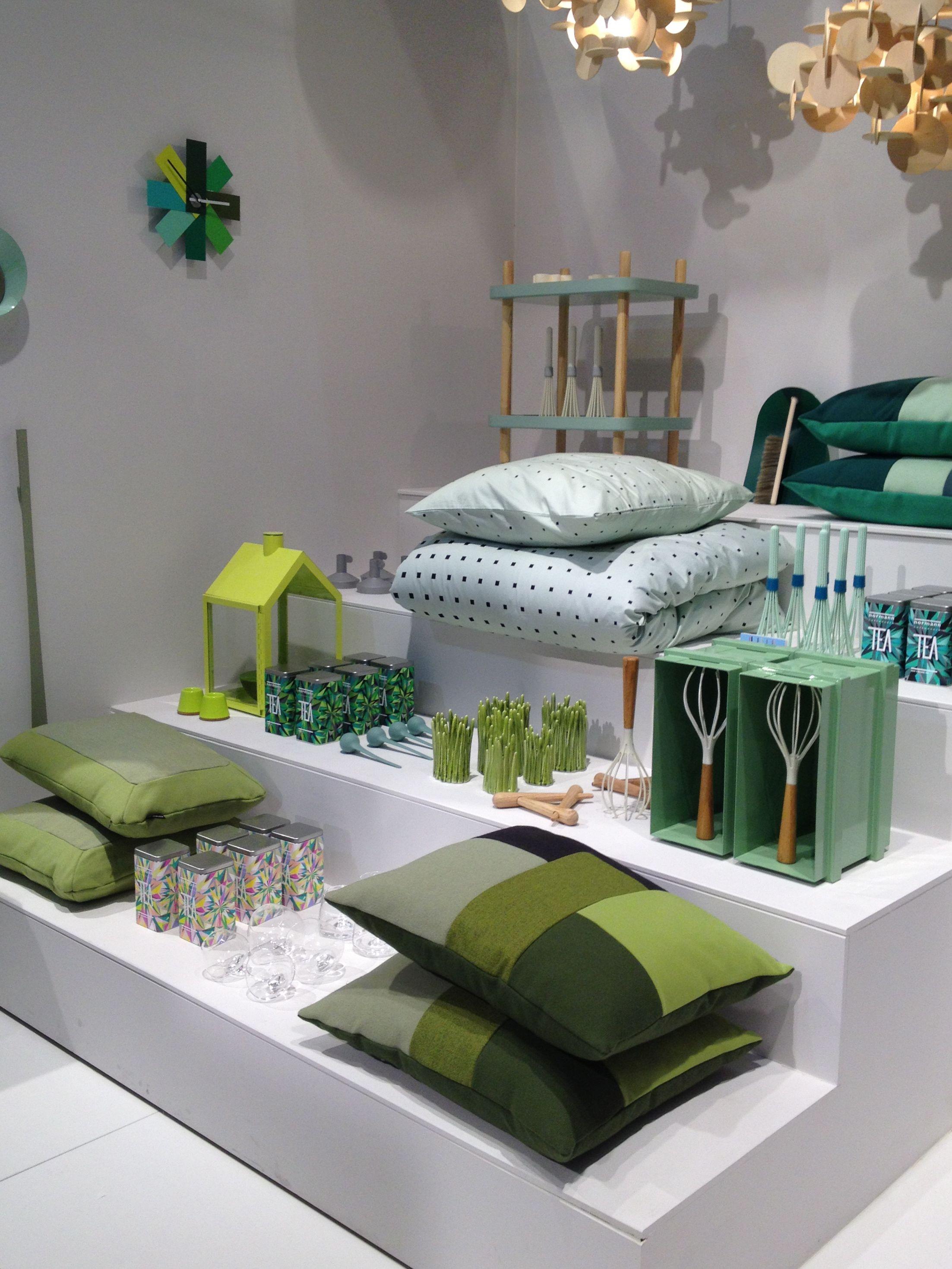 Esillelaitto väriteeman mukaan. / Retail VM | Visual Merchandising | Home Adornment | Retail Design | Shop Design |Green accessoires Normann Copenhagen