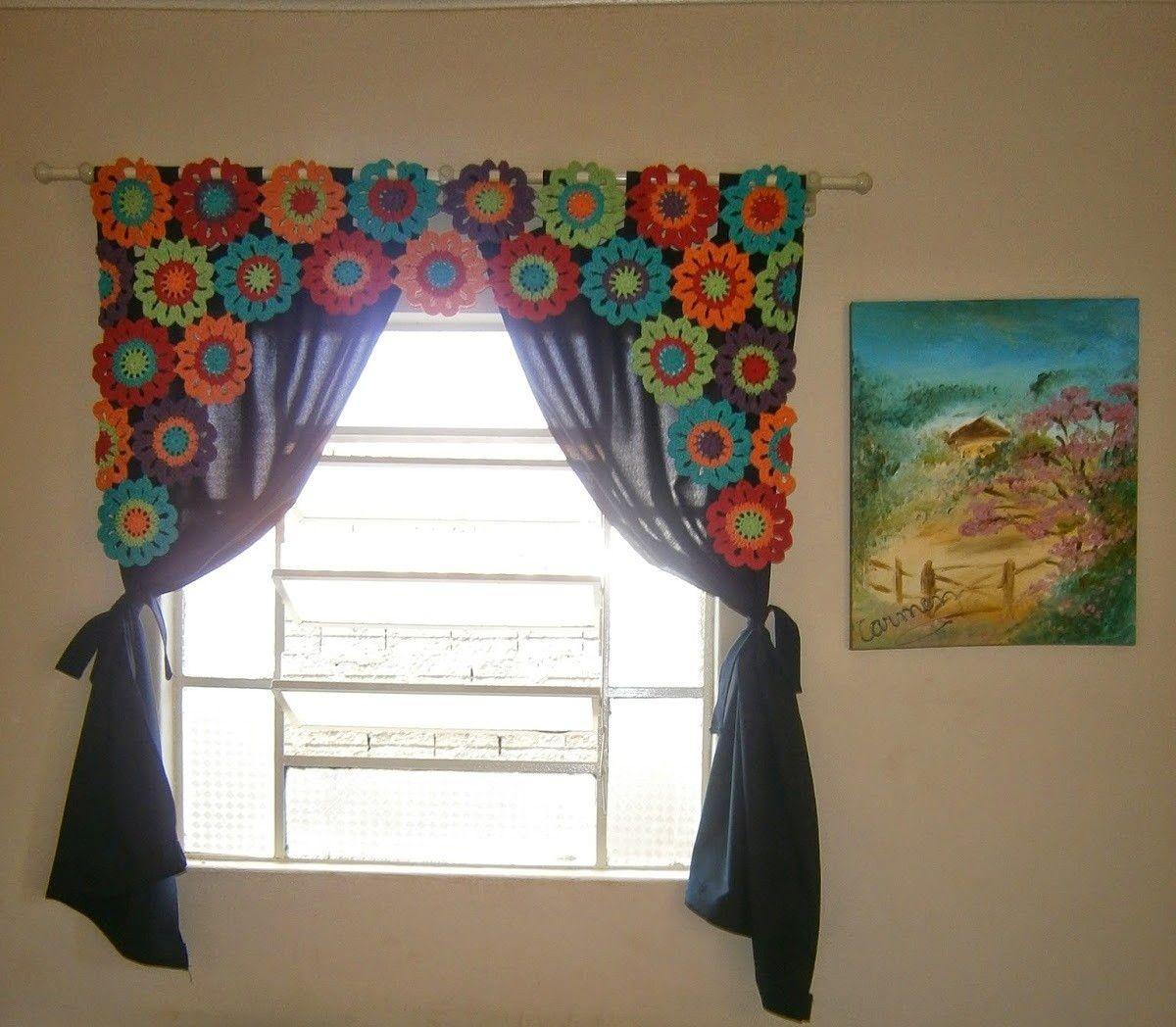 Bandô em Crochê com motivos coloridos <br>Tamanho: 1,45m de largura. 1 m altura nas extremidades.