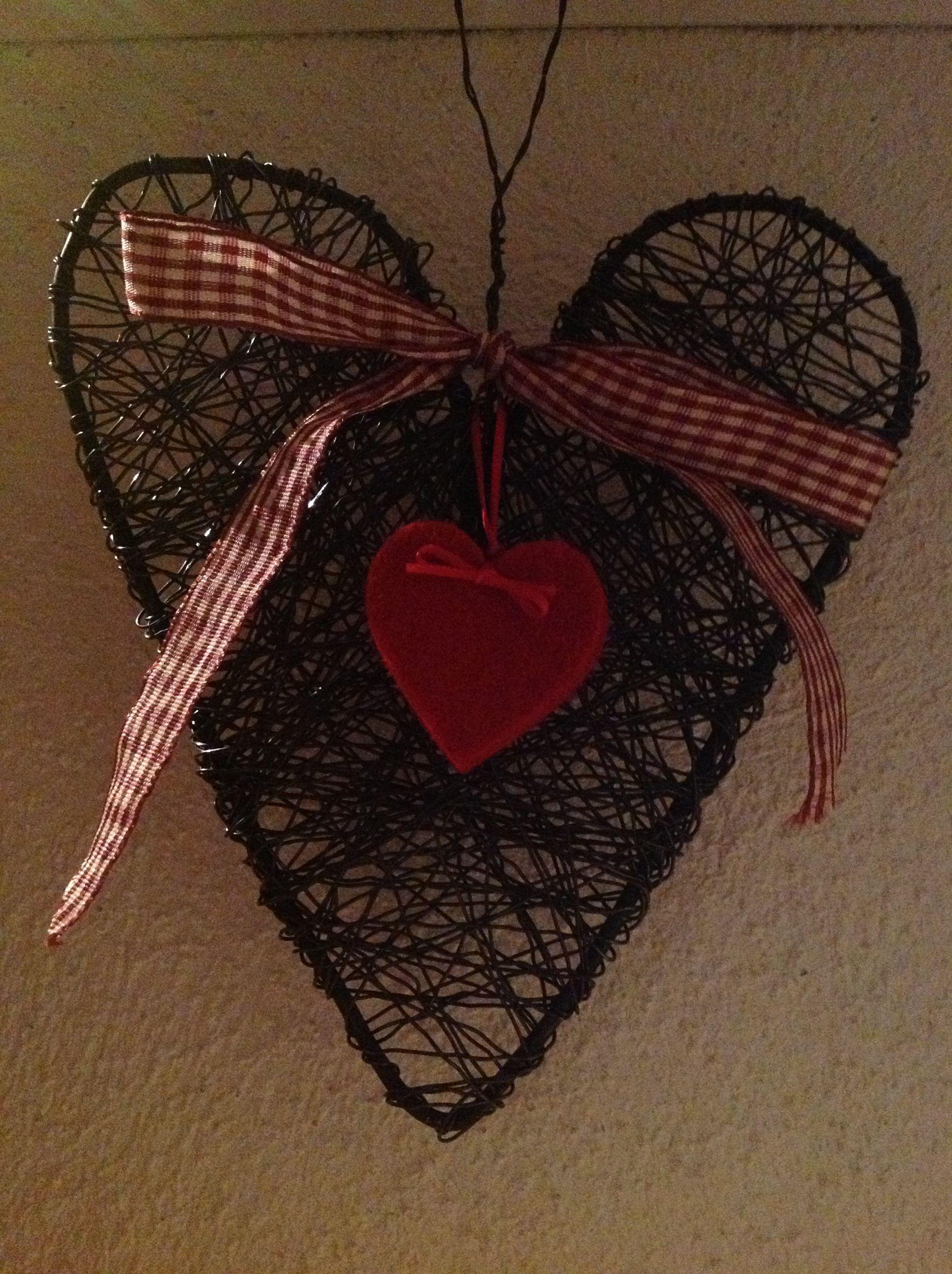 Wire plaited heart made by LeenaH pajusta ja villiviinistäkin ... joko maalilla tai naturellina....