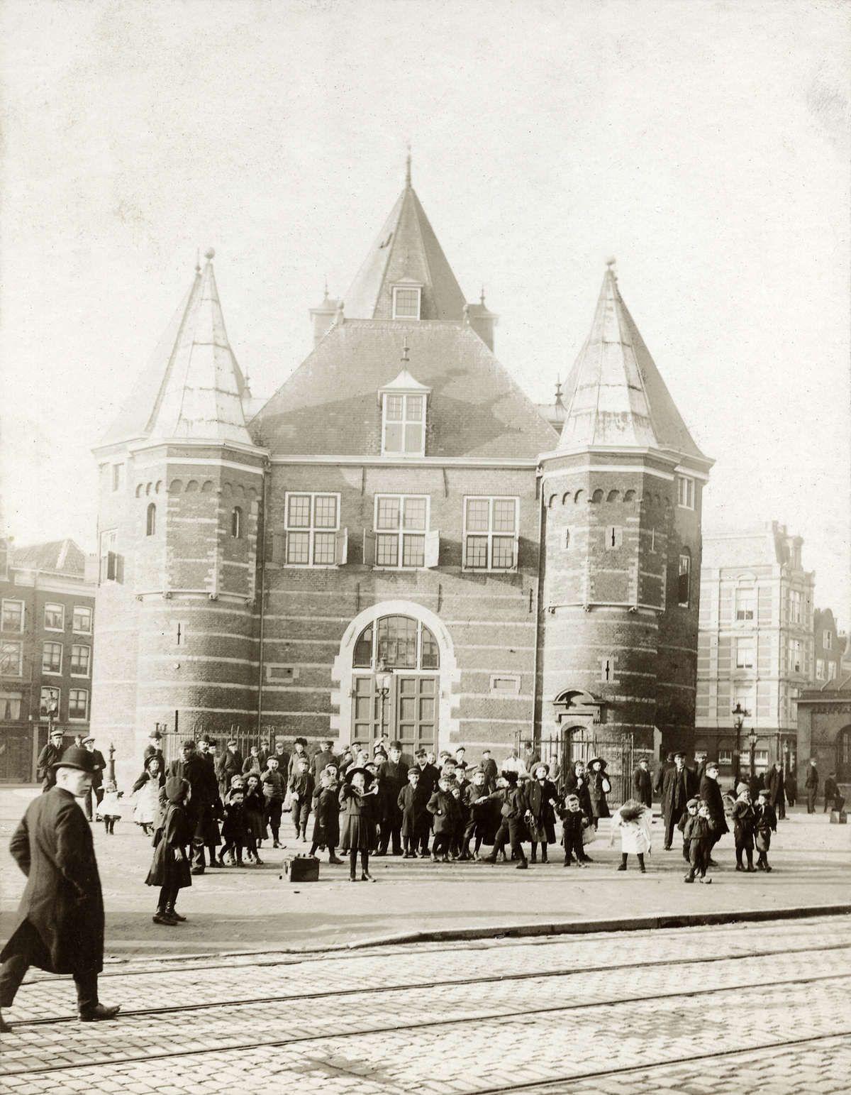 Group of children in front of 'De Waag' on the Nieuwmarkt in Amsterdam, 1931. Jodenbreestraat/Jodenhouttuinen 'De Hoek'.