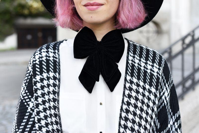 detail-look-cape-hahnentritt-dandy-inspiration-outfit-fashionblogger-modeblogger-pinkhair-pastelhair-monochrom-streetstyle-nachgesternistvormorgen-trend