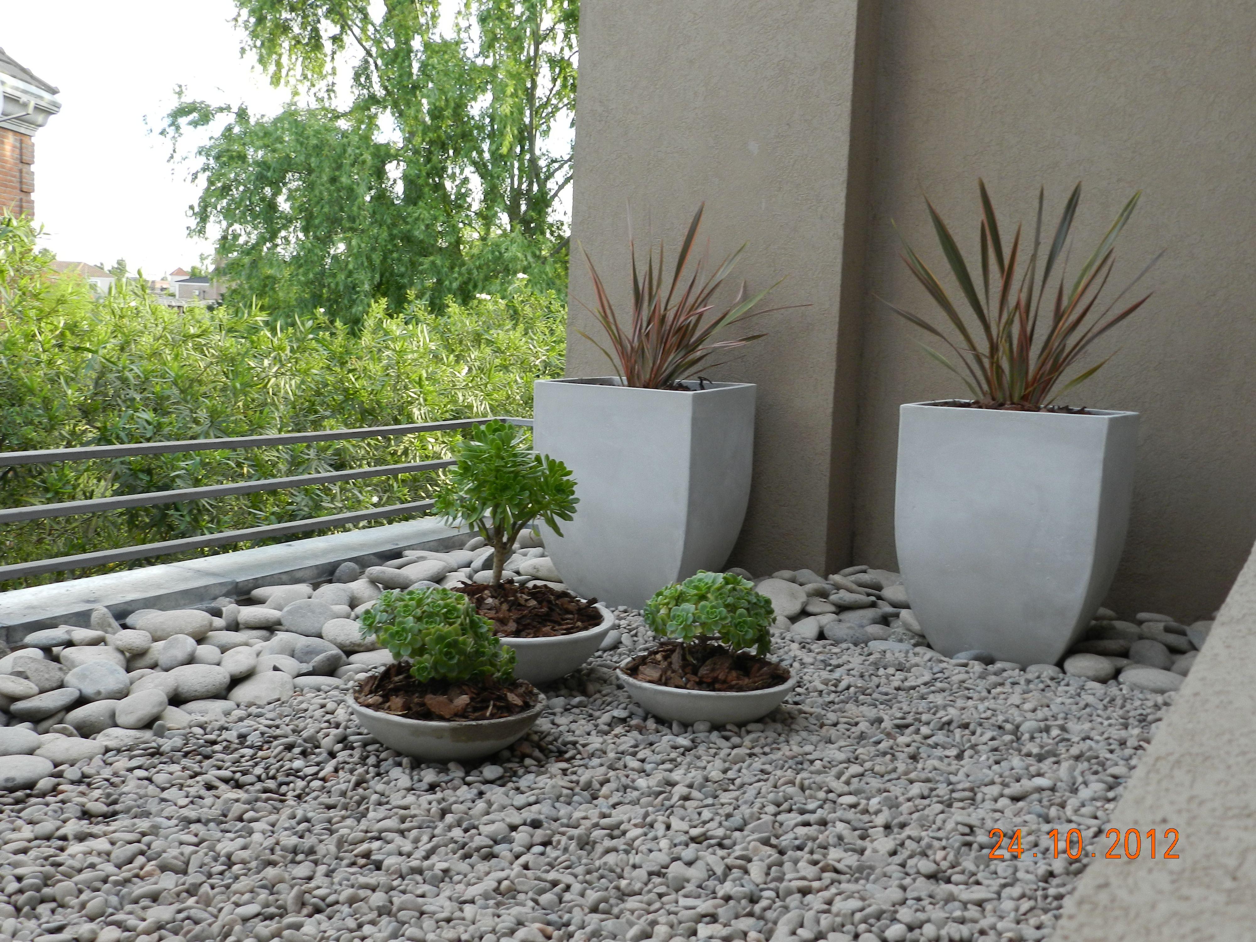 Terraza inaccesible con plantas que resisten poco riego for Plantas macetas exterior
