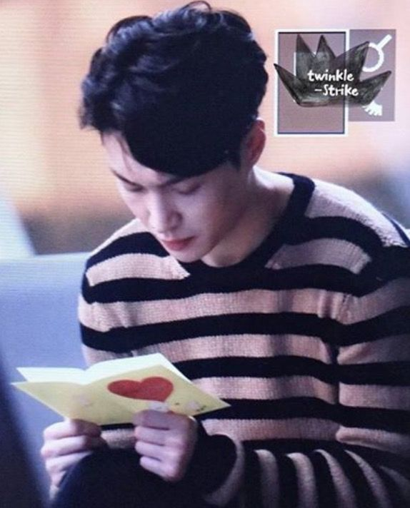 Lay Is Reading Fan Letters That He Collected Walking Through The Airport Exo Lay Yixing Reading