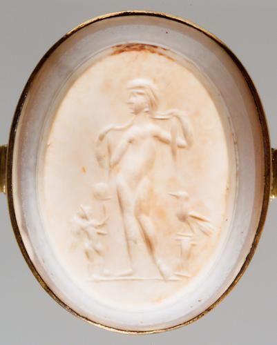 KHM Bilddatenbank — KHM Bilddatenbank. Venus und Amor Römisch, Späte Kaiserzeit  3. Jh. n. Chr.  Chalcedononyx, hellelfenbeinfarbene undurchsichtige Schicht, schmales weißes, Band zwischen grauen Streifen; Rückseite bräunlich. In moderner, vergoldeter Ringfassung.  H. 3,14 cm, B. 2,51 cm, D. 0,86 cm