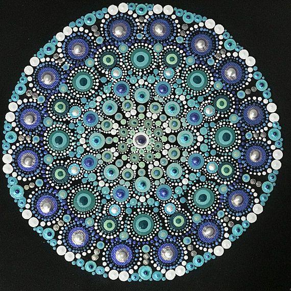 Mandala de punto en el tablero de lona | painted rocks