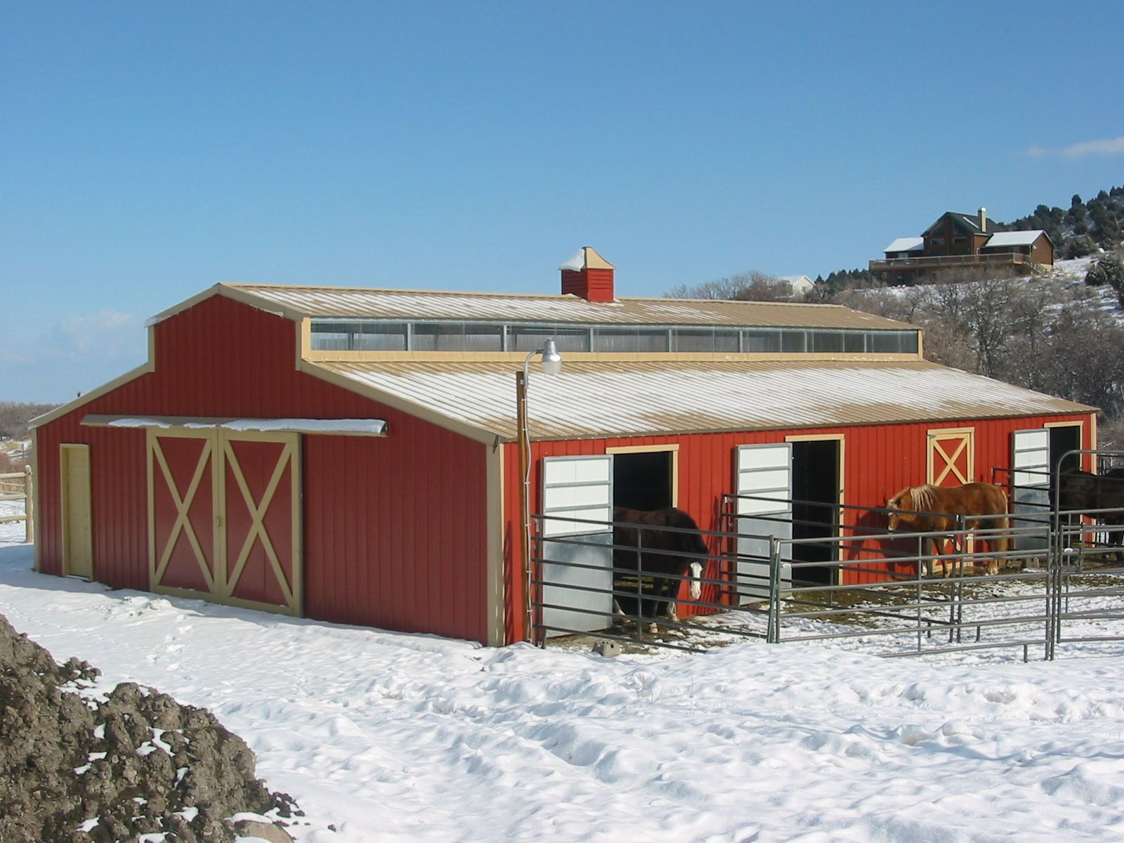 Small horse barn designs metal horse barns 2 600x450 for Small metal barns