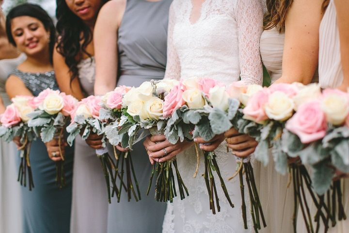 Light pink and white wdding bouquets for a classic winter wedding in January | fabmood.com #winterwedding #winterbouquets