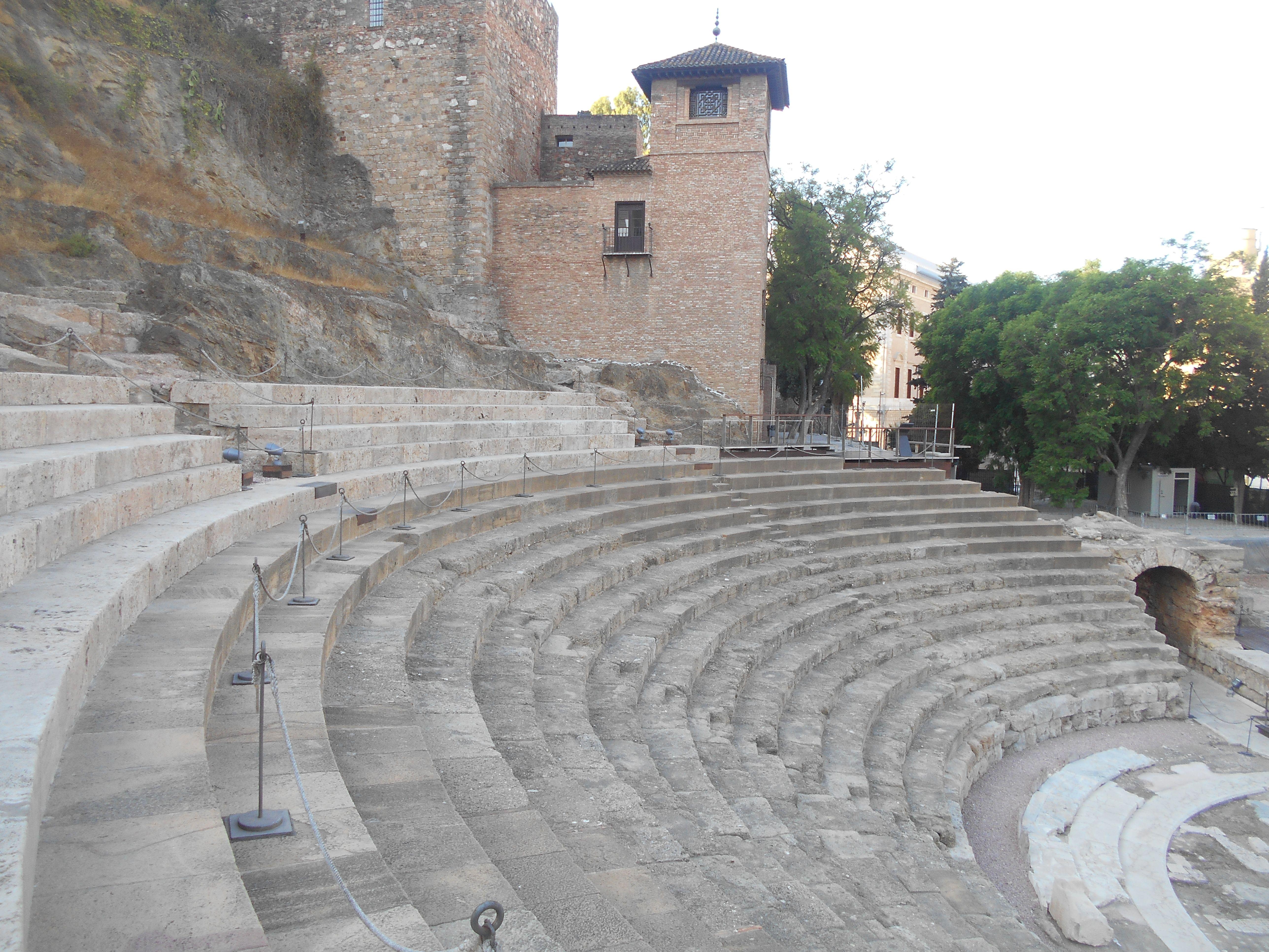 Gradas del Teatro Romano de la zona conicida como Cavea. Al fondo Alcazaba.