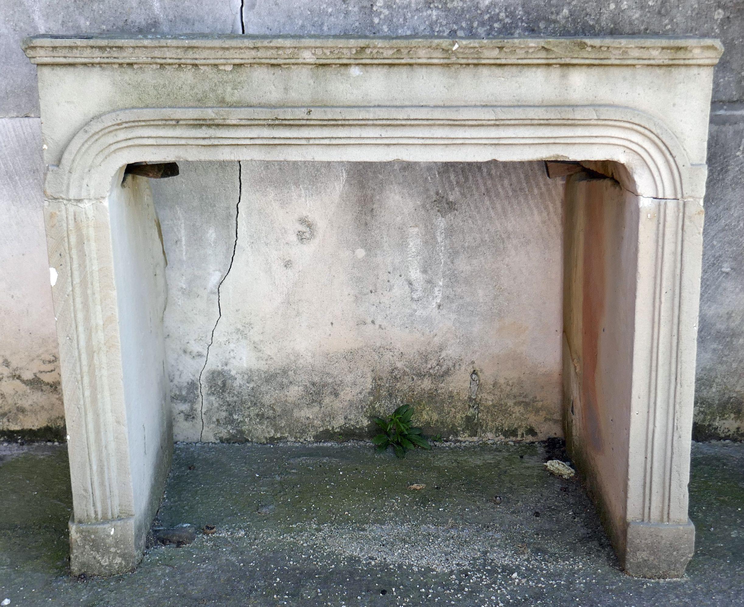 Linteau En Arc De Cercle petite cheminée de chambre en pierre de savonnière. cette
