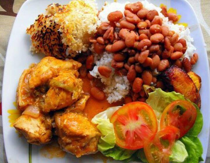 Pollo guisado ensalada verde habichuelas guisadas - Comidas con arroz blanco ...