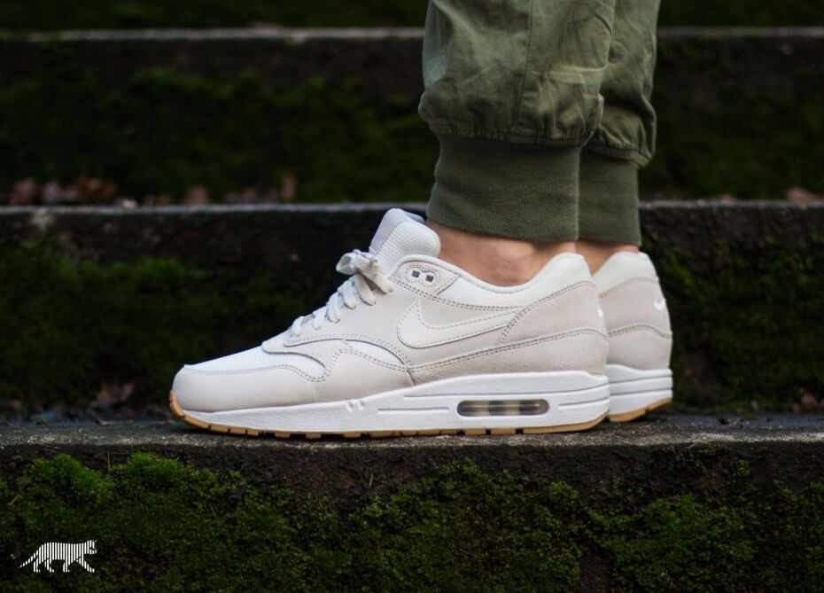 nike air max 1 white white black essential oil