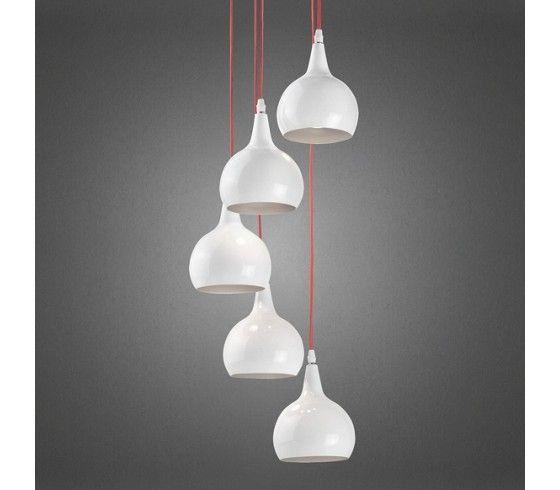Bei dieser schlichten, aber dennoch stilvollen Hängeleuchte sorgen fünf schlanke Schirme im Tropfenstil für ein sanftes und angenehmes Licht.