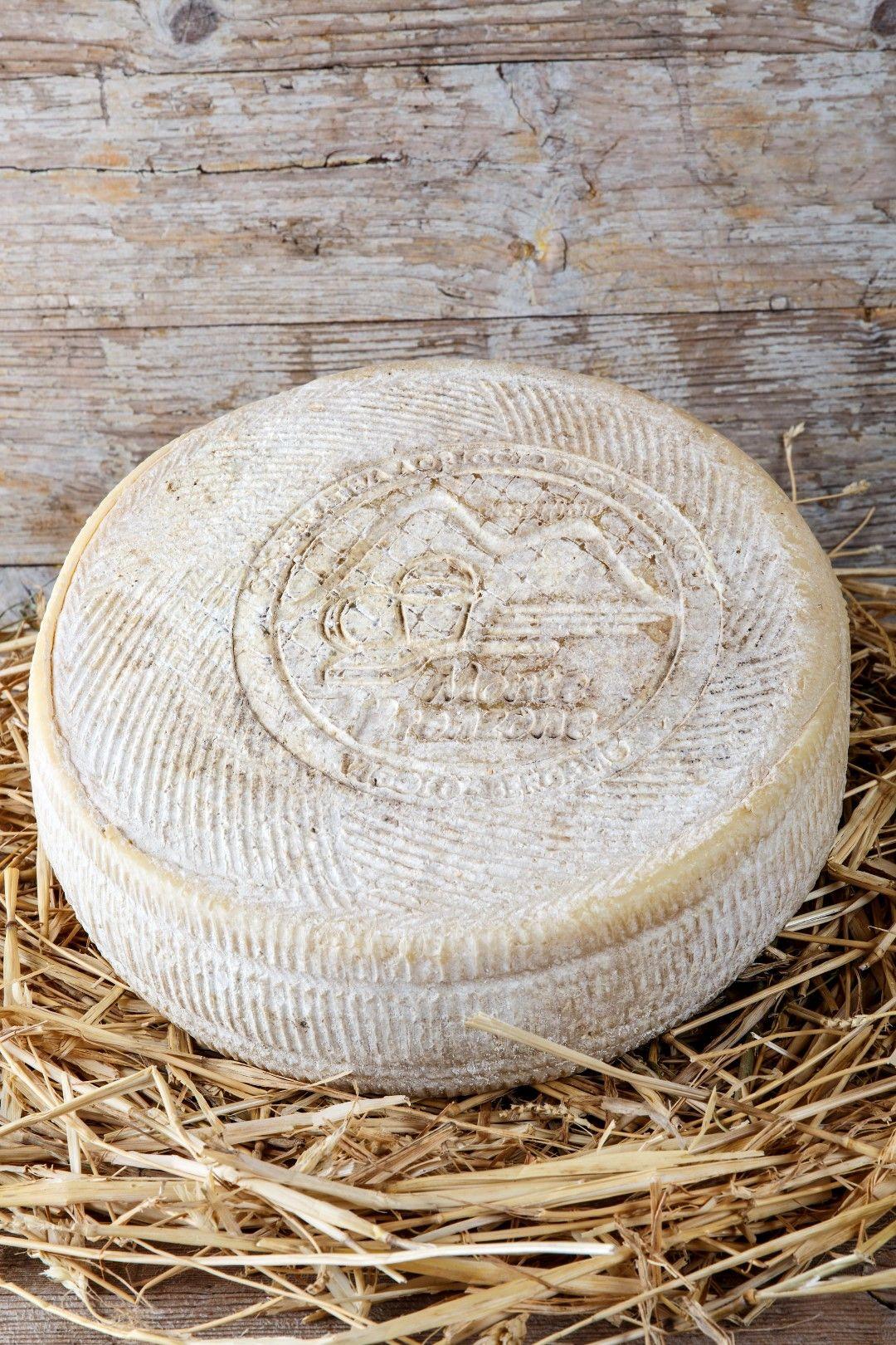 Formaggio di Monte - Riserva del Casaro (stagionato 5 mesi) Ingredienti: LATTE pastorizzato, caglio, sale, fermenti lattici