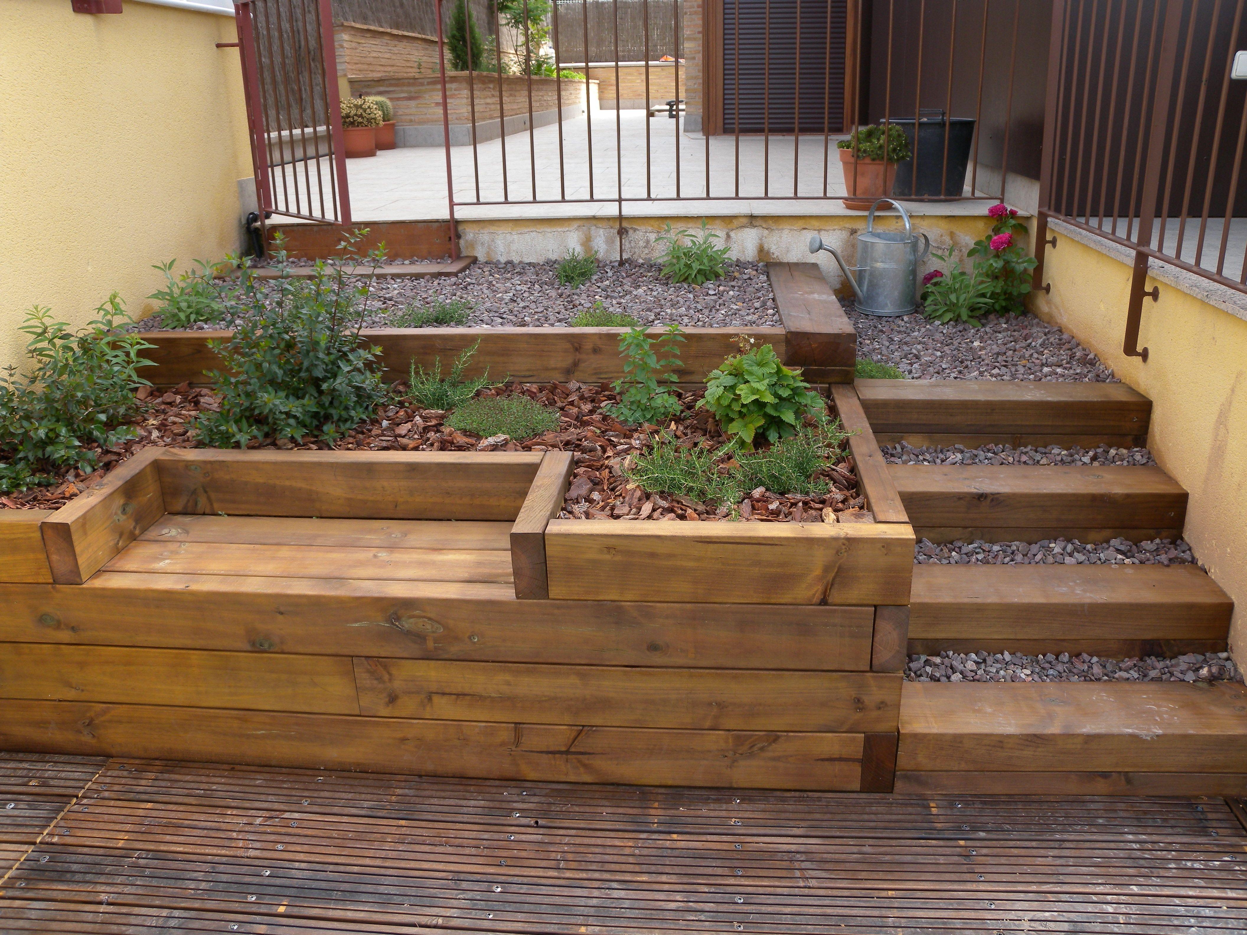 Escaleras banco y jardinera resueltos con traviesas de for Escalera de jardin de madera