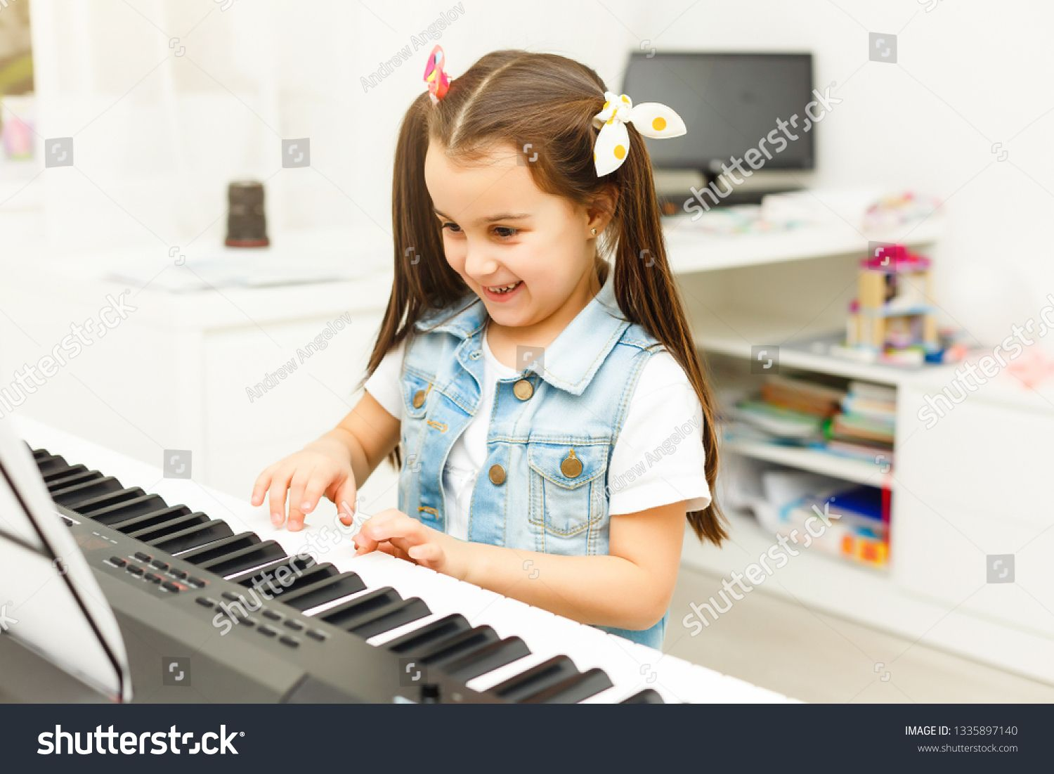 Pin By Susi Sumiati On Birthdays Decorations Playing Piano Playing Piano Photography Music Instruments
