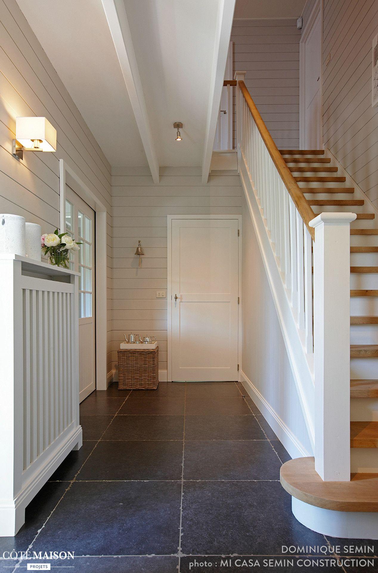 Une entrée tout en simplicité, avec ses murs blancs et son escalier ...