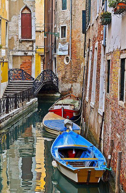 Photo of Canal in Venice, Italia.